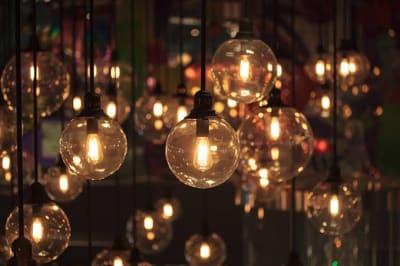 Barに最適な明るさになっています。 ※調節可能です。 - IDEALBAR 新宿店の室内の写真