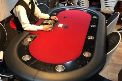 公式ポーカーテーブルあり。皆で楽しくカードゲームができます。 - IDEALBAR 新宿店の室内の写真