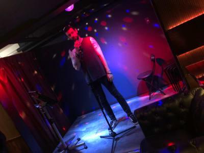 ミニステージが使用可能です。 ※ミニライブや練習に最適 - IDEALBAR 新宿店の室内の写真