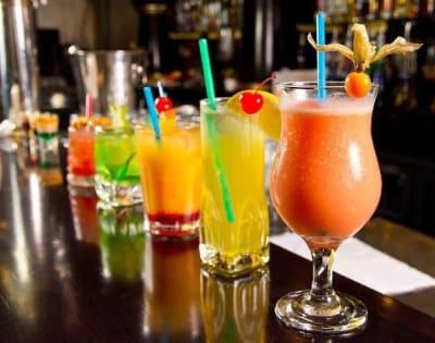 お酒完備してあります。 グラス類、皿、製氷機、冷蔵庫はご自由にお使い頂けます。 - IDEALBAR 新宿店の室内の写真