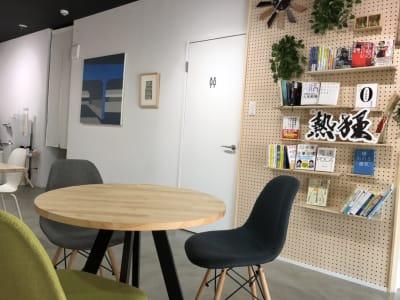 丸テーブル席 - Voltage  多目的レンタルスペースの室内の写真