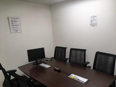 新橋駅前ビル ワンコイン新橋駅会議室A-13の室内の写真