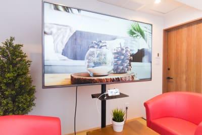 オプションで60インチモニターのご利用可。スマホと接続可能なケーブルもございます - Feel Osaka Yu 【高速WiFi】大きな窓の会議室の室内の写真
