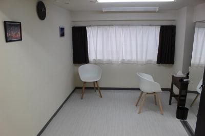 更衣室には6人分のロッカーがあり、シャワーも完備しております - トレーニングスペース(1)の室内の写真