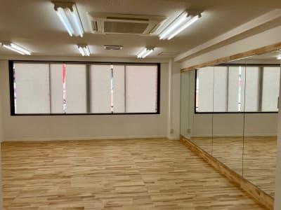 ロールスクリーンを下して視線を遮る事も可能です。 - レンタルスタジオ 3CLAPS 広島レンタルスタジオの室内の写真
