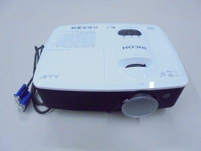 RICOH製のプロジェクター - 共栄実業(株) 幸福相互ビル うめきた会議室413(最大6名)の設備の写真