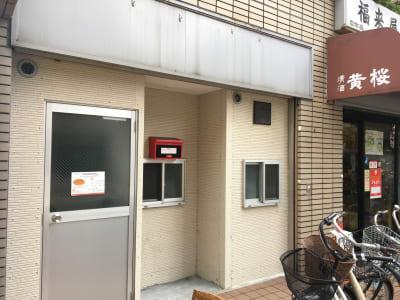 マンションのオートロック右隣の扉が会場です。 (住民用の自動ドアには入らないでください) - Compartimos 1人利用限定プランの外観の写真