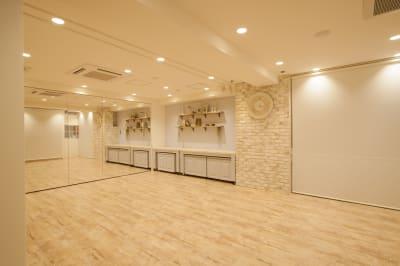 テーブルをどかして、1面を鏡にした画像  ※壁紙は現在ストライプです。 - ノートルスタジオ キッチン付きレンタルスタジオの室内の写真