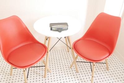 入口付近にカウンセリングイスや待合スペースとして テーブルとイスが用意しております。 - レンタルサロンokaghe 半個室型レンタルサロン/オカゲの室内の写真
