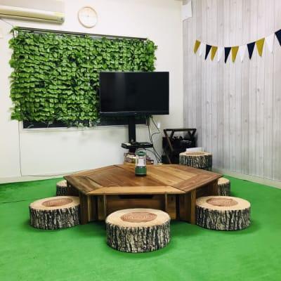 都会にいながらキャンプ気分でパーティができます。芝生エリアあります(人口芝) - 【キャンプルーム神戸三宮】 パーティ/会議/ボードゲームの室内の写真