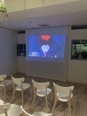 お子様と映画鑑賞も楽しめます。  ※壁紙は現在ストライプです。 - ノートルスタジオ キッチン付きレンタルスタジオの室内の写真