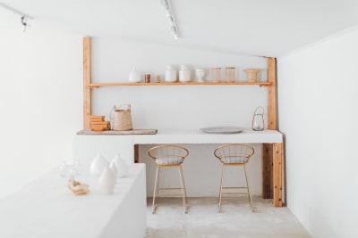 5m程の白モルタルでできた大きなカウンターがあります. - nai /dan 空間レンタル、スタジオの室内の写真