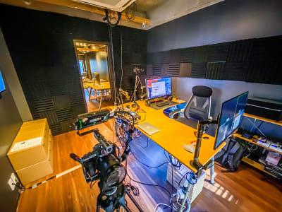 デスク収録スペース・編集デスク、オペレーションデスクとして利用可能 - コンポジション 神山スタジオ 無人収録・配信スタジオの室内の写真
