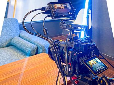 カメラ SONY α7R4 専用ケージ + Eyoyo 5インチプレビューモニタ  - コンポジション 神山スタジオ 無人収録・配信スタジオの室内の写真