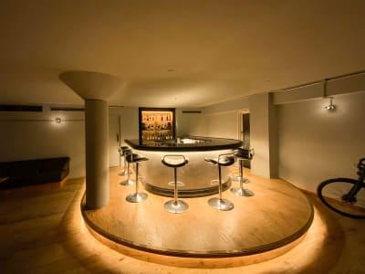 バーカウンター(ナイトタイム) - Rounge 3626 Barのあるデザイナーズラウンジの室内の写真