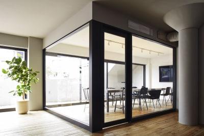 ソファからミーティングルーム(large) - Rounge 3626 Barのあるデザイナーズラウンジの室内の写真