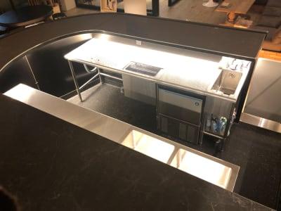 シンク3槽、冷蔵庫、冷凍庫、製氷機あり - Rounge 3626 Barのあるデザイナーズラウンジの設備の写真