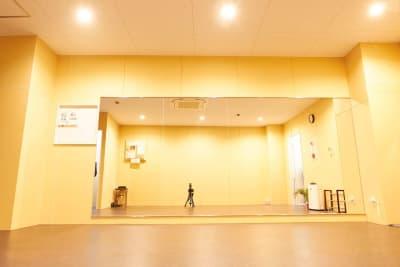 横4m×高さ1,8mの大型ミラー設置! - レンタルスタジオアルル難波店 ダンスができるレンタルスタジオの室内の写真