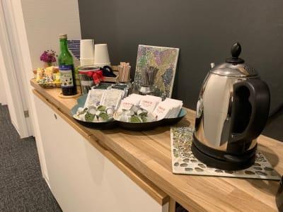 コーヒーや紅茶、チョコレートなどをご用意しております。 - シェアオフィスURL 個室(ピンク)の設備の写真
