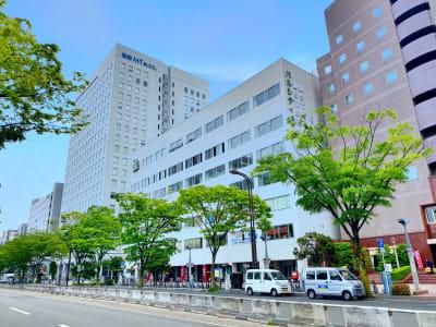 宮城野通に面したビルの2階 - シェアオフィスURL 個室(ピンク)の外観の写真