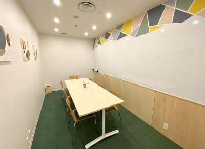 大きなホワイトボードの壁ががアクセントのポップな個室です。受付を通らず直接外から出入りが出来るため、来客が多いお客様にオススメ◎ - シェアオフィスURL 個室(グリーン)の室内の写真