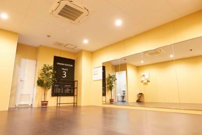 ダンスに最適なスタジオ - レンタルスタジオアルル難波店 ダンスができるレンタルスタジオの室内の写真
