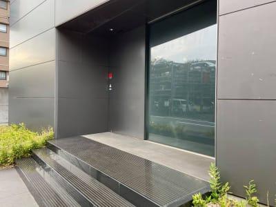 入口(正面左にセブンイレブンがあります) - 駅チカ貸会議室・サロン@穴守稲荷 【駅徒歩3分】羽田の貸会議室の入口の写真