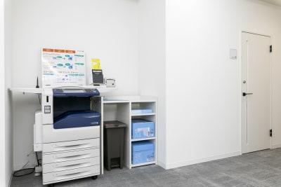 複合機も用意しています。 - BIZcomfort名古屋名駅南 完全個室 6名用会議室の設備の写真