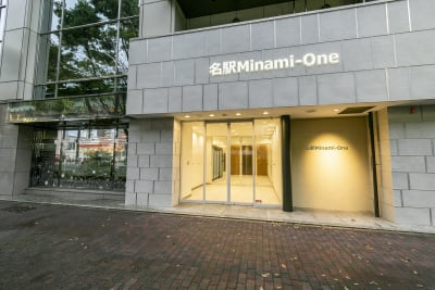 重厚なオフィスビルの1Fです。 - BIZcomfort名古屋名駅南 完全個室 6名用会議室の入口の写真