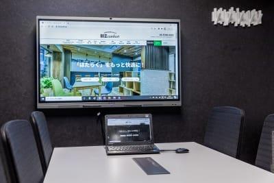 WEB会議システム・電子黒板・ホワイトボード・プロジェクターが搭載されている「MAXHUB」を導入✨ 面倒なセットアップは不要ですので、お気軽にお使いください。 - BIZcomfort浜松 完全個室 8名用会議室の室内の写真