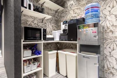 フリードリンクはご自由にどうぞ!豆から挽いて抽出するこだわりのコーヒーも無料です☕ - BIZcomfort浜松 完全個室 8名用会議室の設備の写真