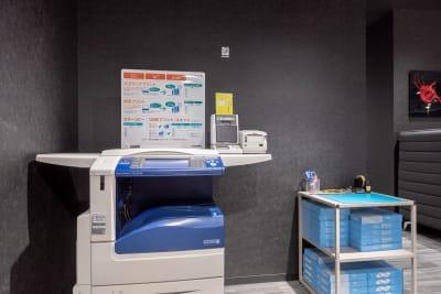 複合機も用意しています。 - BIZcomfort浜松 完全個室 8名用会議室の設備の写真