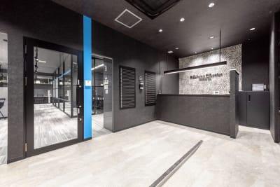 受付コンシェルジュが皆様をお出迎え♪ - BIZcomfort浜松 完全個室 8名用会議室の入口の写真