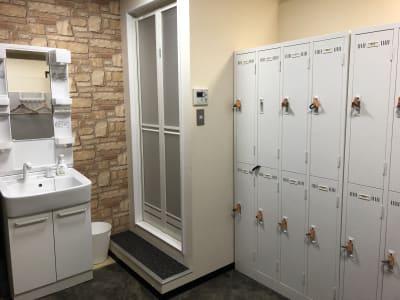 女性用更衣室 ・シャワー・洗面台・ロッカー - DTS 道場スタジオ、セミナールームの設備の写真