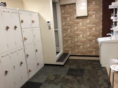男性用更衣室 ・シャワー・洗面台・ロッカー - DTS 道場スタジオ、セミナールームの設備の写真