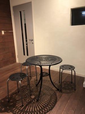 入り口・ピロティのカフェスペース(スタジオ利用者用) - DTS 道場スタジオ、セミナールームの入口の写真