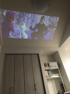 プロジェクターを使って映画やyou-tubeを見ることができます♪ - ロフトのある空間 #ロフトのある空間の室内の写真