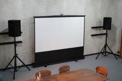 スクリーンやコピー機などの設備がそろっております。お気軽にお問い合わせください。 - TAGE-community 室内フリースペースご利用プランの設備の写真