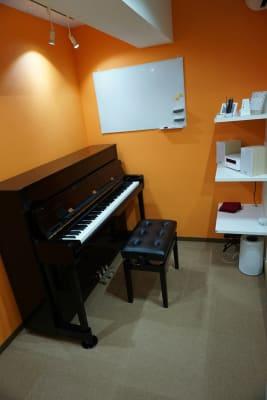 ROOM1 現在こちらのピアノはカワイK200です。 - エスポワール音樂スタジオ 24H福岡天神でピアノ練習貸切!の室内の写真