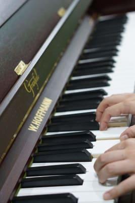ベヒシュタイン社製ホフマンのアップライトピアノ(グランフィール付きでアップライトのネガはほとんどありません) - エスポワール音樂スタジオ 24H福岡天神でピアノ練習貸切!の設備の写真