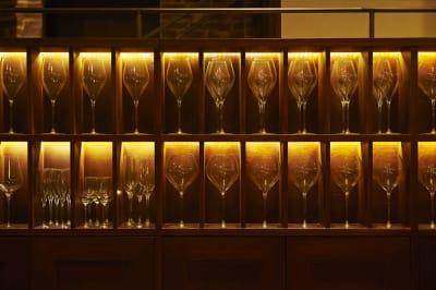 グラス棚 - Jam Orchestra レストラン&オープンキッチンの室内の写真