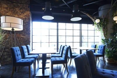 お昼間は太陽光が差し込む店内。カーテンもございますので、昼間でも暗くすることが可能。 - Jam Orchestra レストラン&オープンキッチンの室内の写真