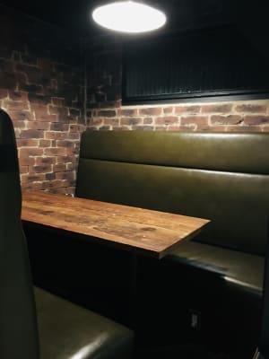 半個室席4-5名様。演者さんの待機場所や荷物置きなどとしてご利用頂けます。 - Jam Orchestra レストラン&オープンキッチンの設備の写真