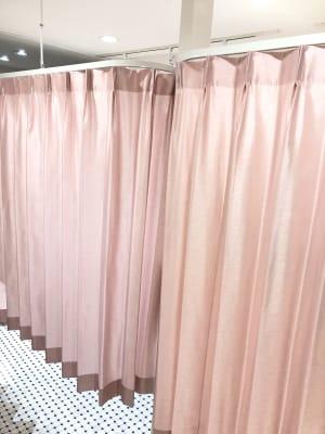分かりずらいですが、、カーテン閉めた状態。 - レンタルサロンokaghe 半個室型レンタルサロン/オカゲの室内の写真