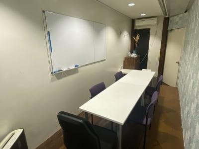 zoom、Skype、少人数ミーティング、リモート会議に最適です。大き目のホワイトボードあり。 - コワーキングスペース チガラボ 会議室の室内の写真