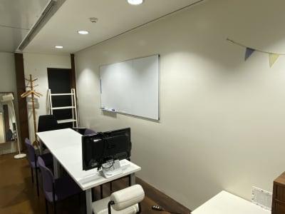 奥行きがある室内となっております。 - コワーキングスペース チガラボ 会議室の室内の写真