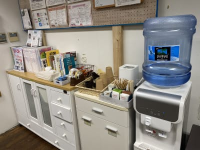 フリードリンクがございます。 (ハワイアンウォーター、緑茶、ほうじ茶、紅茶) - コワーキングスペース チガラボ 会議室の設備の写真
