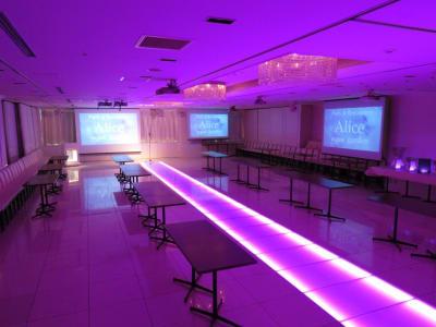 7色に光る床は会場を華やかに演出いたします - 品川レンタルスペース、貸し会議室 緊急事態宣言 割引してますの室内の写真