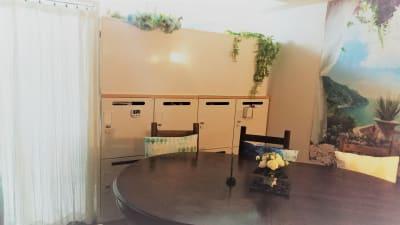 大きな6人がけのテーブルはさらに大きく広げることが可能、手仕事のお教室などに。大きなロッカーは全部で8台、月極めで使用可能(有料)ロッカーの上のホワイトボードで生徒さんへの説明も可能。白いカーテンの奥が施術ルーム。 - ヒーリングルーム横浜駅西口鶴屋町 ヒーリングルーム横浜鶴屋町の室内の写真