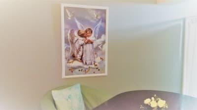 可愛らしい天使画がお客様をお迎えして くれます。少し写っているのが、ひとり掛けソファーです。カウンセリングなど長時間の対面セッションにはこの椅子が適しています。 - ヒーリングルーム横浜駅西口鶴屋町 ヒーリングルーム横浜鶴屋町の室内の写真